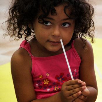 enfant avec touche de parfumeur